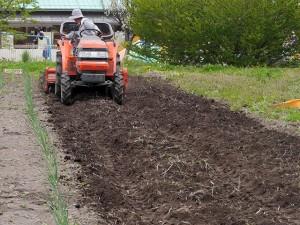 大型のトラクタで耕します。あっという間に完了