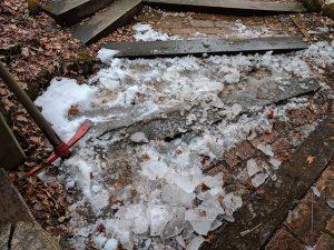 玄関アプローチの氷割